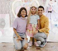 Dian Sastro dan suaminya, Indraguna Sutowo mengapit sang putri, Ishana, yang berulang tahun.