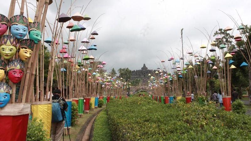 Foto: Libur Lebaran tahun ini, Candi Borobudur di Magelang bersolek. Ada ratusan topeng berbagai wujud dan kukusan bambu yang dipasang di sepanjang jalan masuk untuk mempercantik candi ini. (Pertiwi/detikTravel)