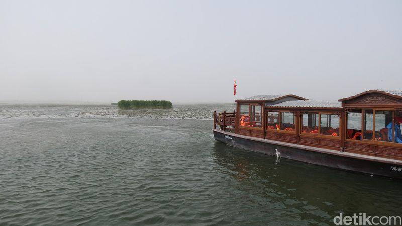Saat menjelajah jejak Islam di Jalur Sutra, Xinjiang, China, para traveler akan berjumpa tempat seperti lautan. Padahal ini adalah danau paling besar di China, Danau Bosten (Fitraya/detikTravel)