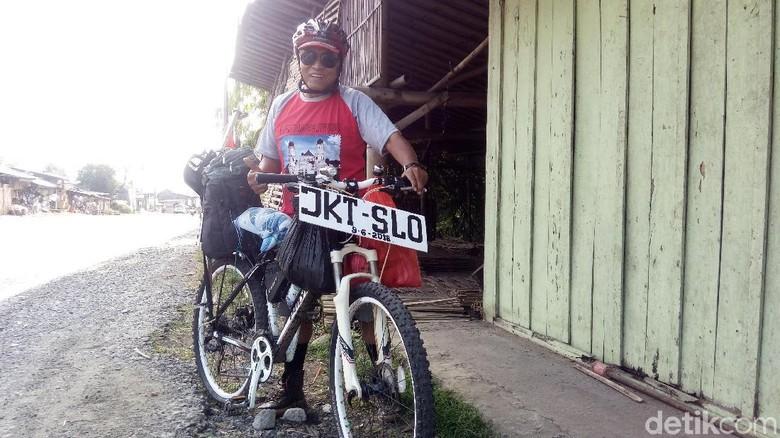 Pensiunan Ini Mudik Jakarta-Solo Naik Sepeda Onthel