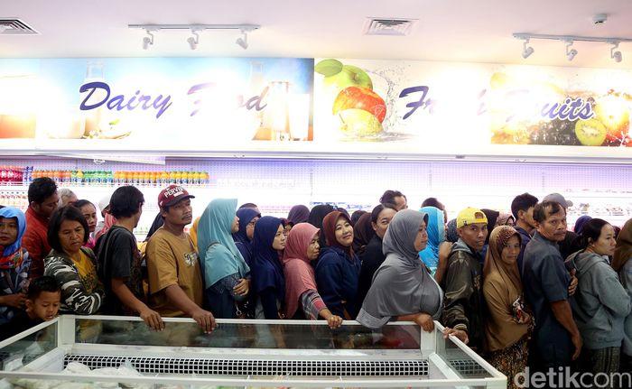 Ratusan warga memadati bazar daging murah di Toko Daging Nusantara. Mereka bahkan rela antre untuk dapat daging murah dengan harga Rp 75 Ribu per kilogram.