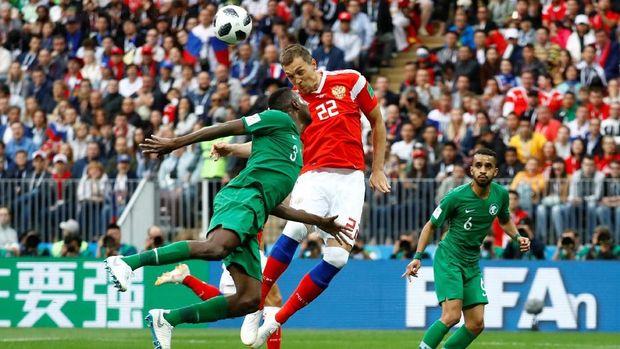 Artem Dzyuba mencetak gol ketiga Rusia ke gawang Arab Saudi.