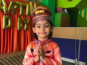 Ini saat peringatan Hari Kartini di sekolah King. Manis banget ya pose King yang satu ini. (Foto: Instagram/ @fairuzarafiq)