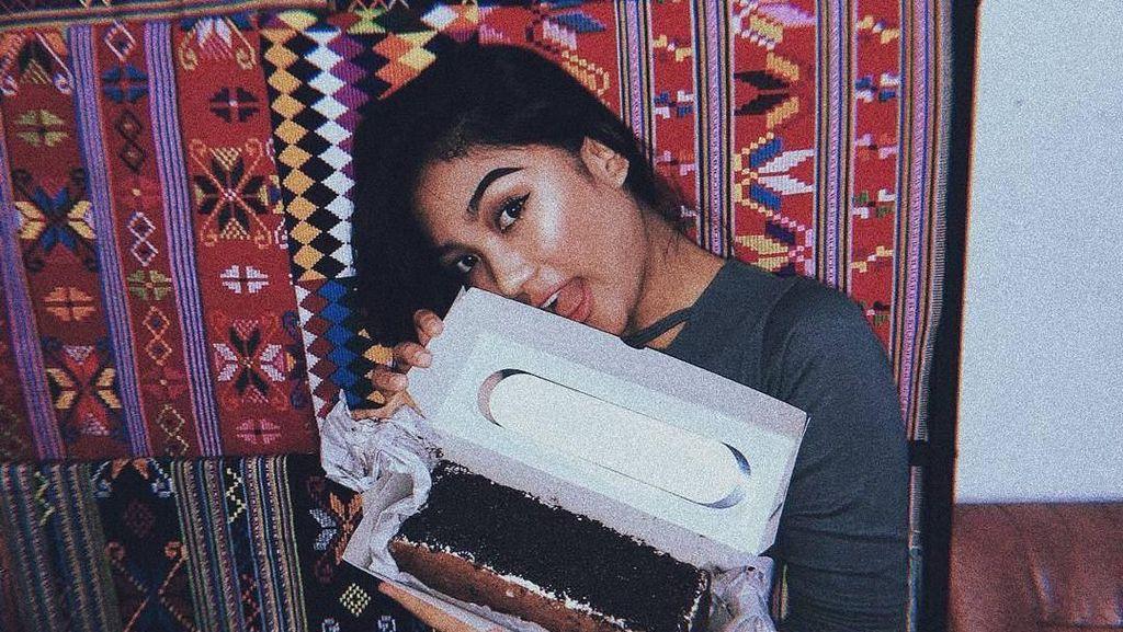 Intip Gaya Keren Marion Jola Saat Minum Kopi hingga Makan Kue