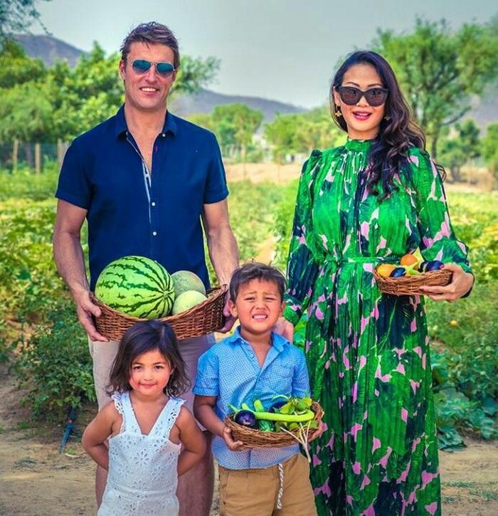 Pemilik nama asli Indah Mayang Indriyani adalah model sekaligus aktris Indonesia ini ternyata juga ajarkan si kecil mengenal makanan sehat sejak dini. Salah satunya adalah dengan cara menanam dan memetik buah dan sayur. Foto: Instagram @indahkalalo
