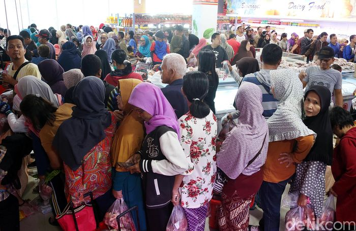 Toko Daging Nusantara di Bekasi diserbu ratusan warga yang ingin membeli daging murah.