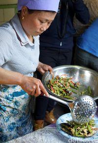 Wanita Suku Hui yang trampil memasak (Wahyu/detikTravel)