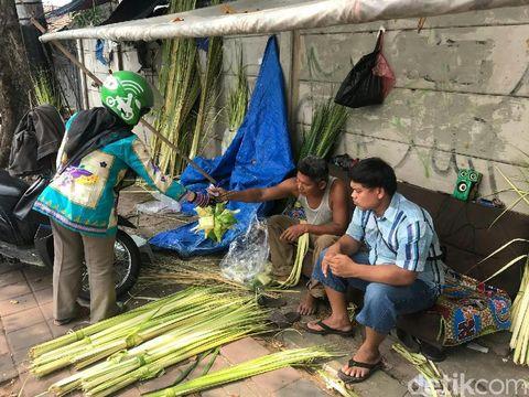Udin sudah menjual ketupat selama 18 tahun