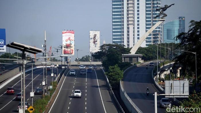 Jalanan di Jakarta mulai  terlihat agak kosong karena sebagian warganya pergi mudik.