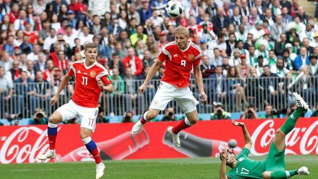 Iury Gazinsky berdiri bebas di kotak penalti dan menanduk bola ke gawang Arab Saudi.