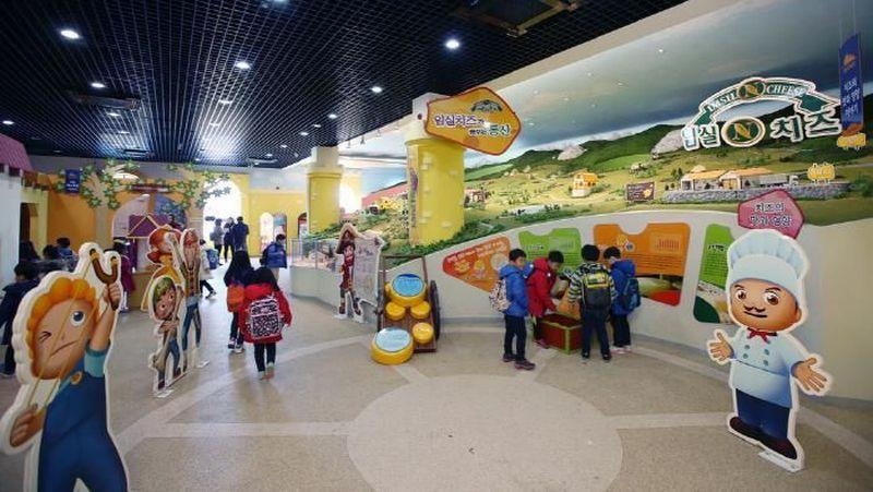 Meskipun tidak ada wahana seperti roller coaster, Imsil Cheese Theme Park mempunyai berbagai atraksi edukatif untuk pengunjung (Visit Korea)