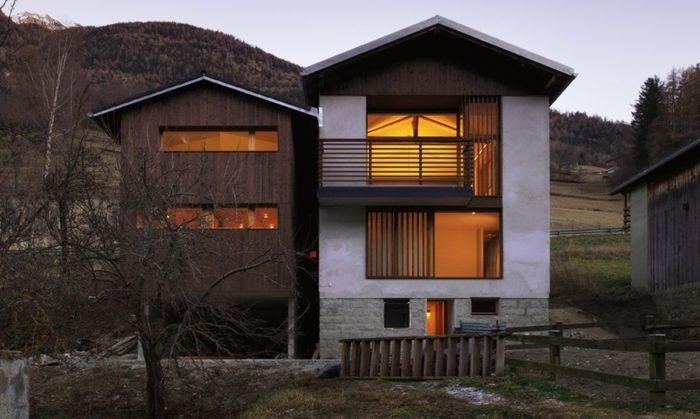 Lumbung tua yang terletak di desa Orsières, Swiss ini berhasil diubah menjadi rumah kontemporer yang indah dengan paviliun kayu. Istimewa/Lucy Wang/Inhabitat.
