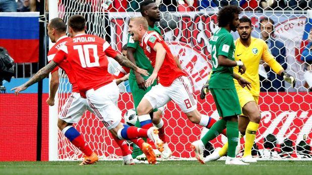 Pemain-pemain Rusia merayakan gol pertama yang dicetak Iury Gazinsky.