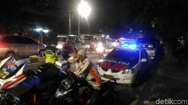 Mobil polisi tampak berada di lokasi untuk mengawal takbiran