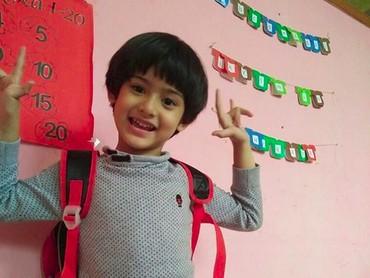Oh, begini ekspresi putra pertama Bunda Fairuz kalau lagi happy. He-he-he. (Foto: Instagram/ @fairuzarafiq)