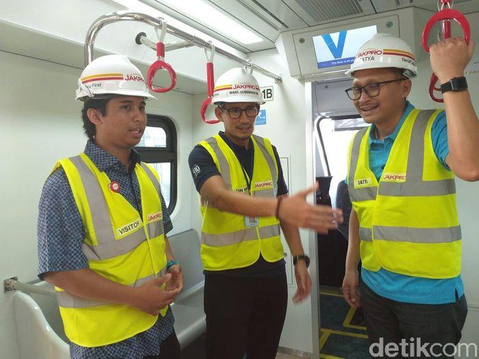 Sandi mengecek LRT di Stasiun LRT Boulevard Raya Selatan, Kelapa Gading, Jakarta Utara.