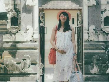 Bundanya Ry mau ke mana ya? Tas yang dibawa besar banget. He-he-he. (Foto: Instagram/@mrssharena)