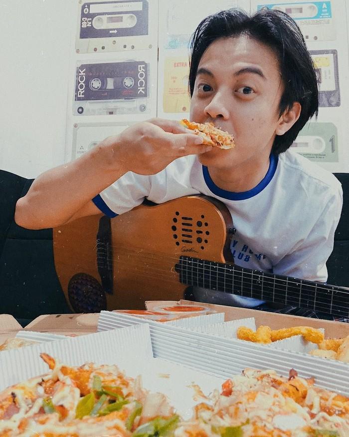 Kini akrab dikenal Bisma Karisma, ia merupakan salah satu personil SM*SH. Bisma punya gaya yang seru, tidak hanya ketika bermain gitar, tapi juga saat makan. Foto: Instagram @sibisma