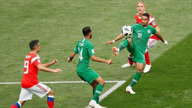 Rusia dan Arab Saudi saling menekan di laga pembuka Piala Dunia 2018.