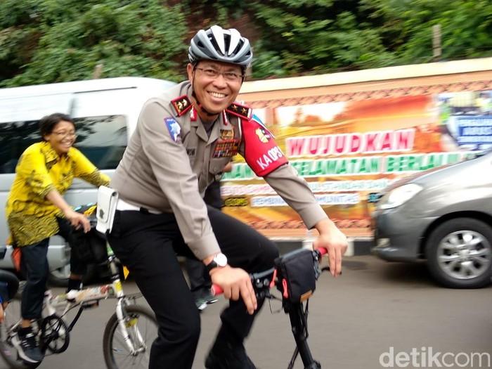 Pria yang menjabat sebagai Kakorlantas Polri ini dikenal senang gowes. Foto: Widiya Wiyanti/detikHealth