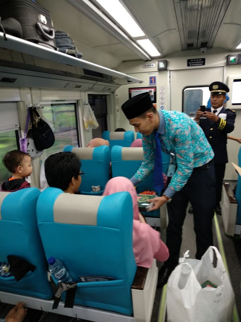 KAI Bagikan Sahur Gratis Terakhir di Atas Kereta
