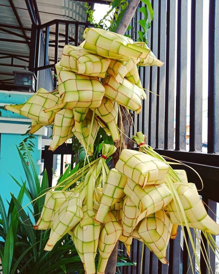 Lebaran identik dengan ketupat. Panganan berbahan dasar beras ini, selalu ada di setiap rumah di hari raya. Beras dibungkus dengan anyaman daun kelapa muda seperti buatan @lily_chen83. Ketupat biasanya disantap dengan opor ayam atau rendang. Foto: Instagram