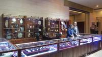 Toko suvenir di lobi museum. Di sana, turis bisa membeli batu giok dan aksesoris lainnya. (Fitraya/detikTravel)