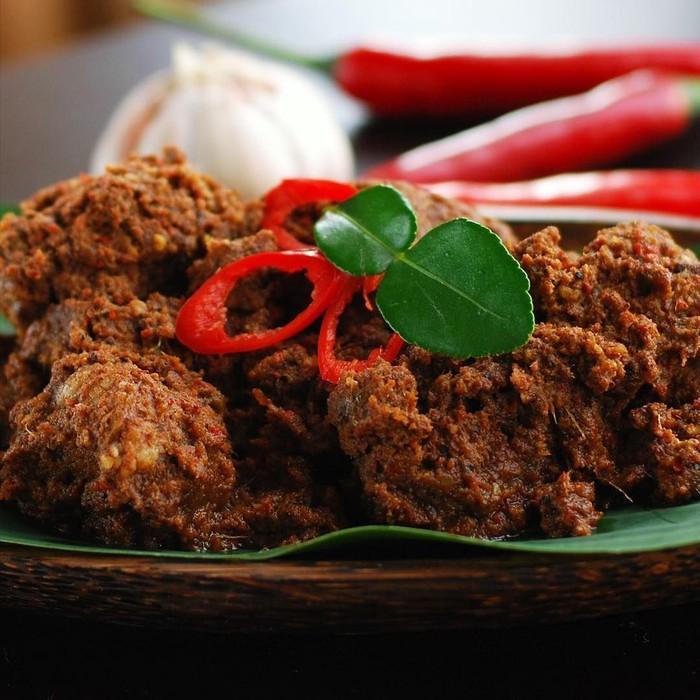 Hidangan khas Minang yang populer ini, menjadi salah satu menu wajib di hari lebaran. Kelezatan daging rendang, dengan bumbu gurih meresap jadi sajian spesial, seperti rendang buatan @crazyaboutcurry. Foto: Instagram