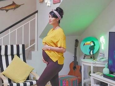 Masuk trimester ketiga kehamilan, Sharena bilang udah mulai ngerasain back pain nih. Bunda juga mengalami hal serupa kayak Sharena? (Foto: Instagram/@mrssharena)