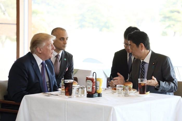 Ini dia menu makan siang Trump saat berkunjung ke Jepang dan bertemu dengan perdana menteri Jepang Shinzo Abe. Mereka makan siang di Kasumigaseki Country Club tempat burgernya dikirim dari Burger Shack milik Minato yang dibuat dengan daging sapi Amerika. Foto: Istimewa
