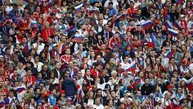 Penonton di laga pembuka antusias menyaksikan laga pertama di Piala Dunia 2018.