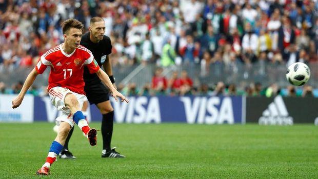 Aleksandr Golovin mencetak gol kelima Rusia di laga pembuka Piala Dunia 2018.