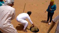 Dimasukkan ke dalam lubang pasir.