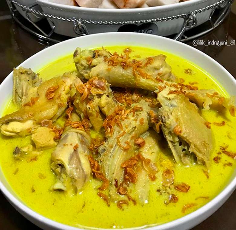 Semangkuk opor ayam kampung buatan @lilik_indrayani_81 ini benar-benar menggoda. Kuah santannya kental gurih dengan taburan bawang goreng yang bikin tambah nikmat. Foto: Instagram