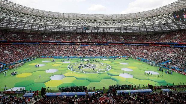 Upacara pembukaan di Stadion Luzhniki disaksikan puluhan ribu penonton.