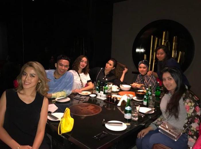 """Manjaaa,"" tulis Vega untuk foto ini. Terlihat ia bersama Zaskia Gotik, Jessica Iskandar dan Viona sedang bersiap makan malam di sebuah restoran. Foto: Instagram vegadarwanti123"