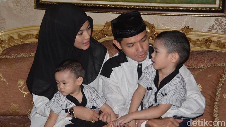 Dude Harlino dan Alyssa Soebandono serta kedua anaknya merayakan lebaran di Jakarta. Foto: Keluarga Dude Harlino (Asep/detikHOT)