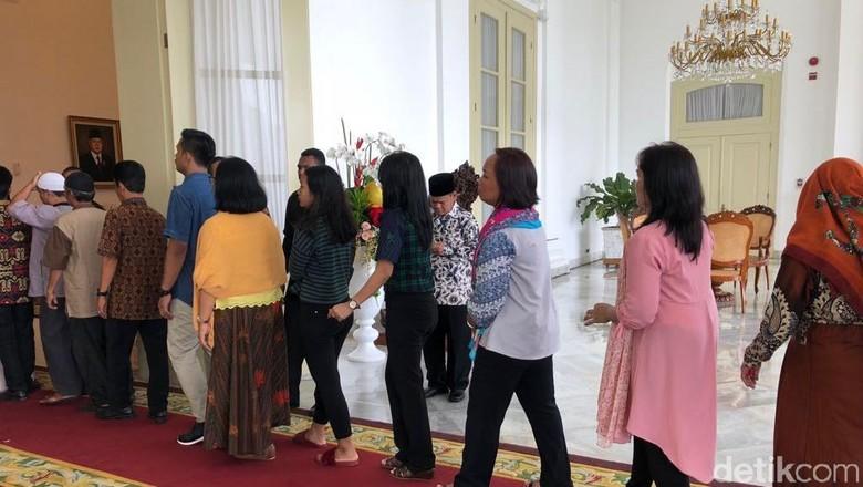 Berkemeja hingga Bersandal, Mereka Antre Bersalaman dengan Jokowi