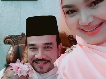 Tahun ini, Siti Nurhaliza merayakan Lebaran bareng si kecil. (Foto: Instagram/ctdk)