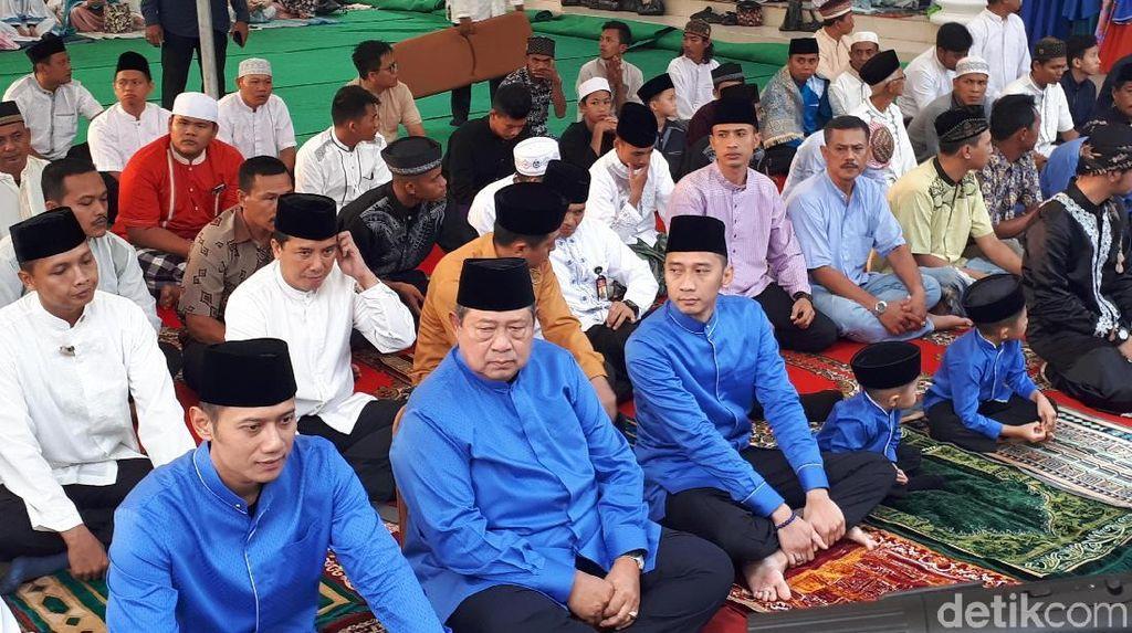 Kompak Berbaju Biru, SBY Bareng Keluarga Salat Id di Cikeas