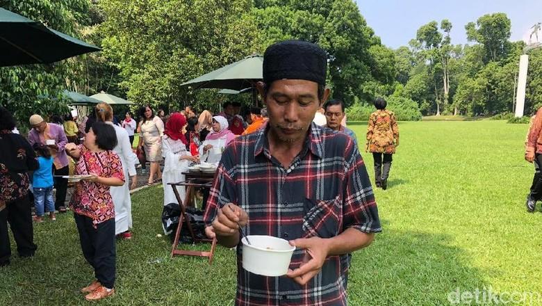 Ujang Jalan Kaki 2 Hari dari Sukabumi Demi Salaman dengan Jokowi
