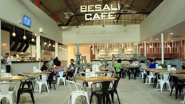 Tersedia restoran dan kafe di dalamnya
