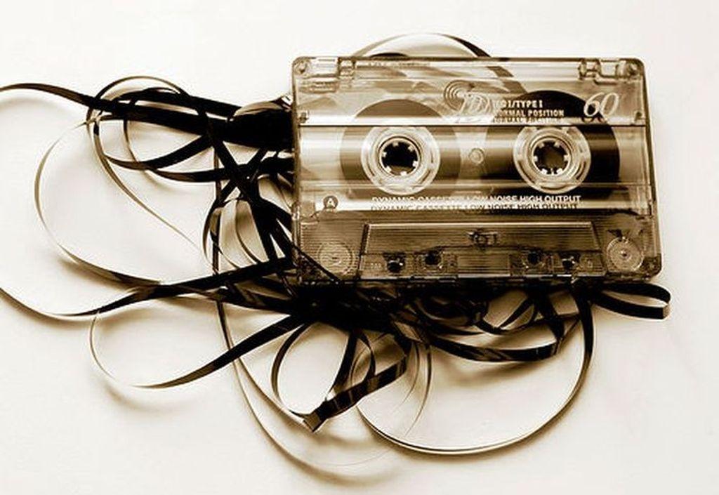 Kaset adalah teknologi utama zaman dulu untuk mendengar musik. Jika pitanya sudah tak karuan begini, hanya bisa berdoa sambil mengambil pena atau pensil untuk memperbaikinya. Foto: Istimewa