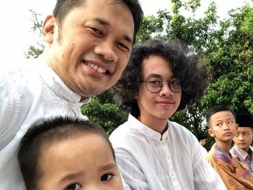 Wefie ala ayah Hanung Bramantyo dan para jagoannya. (Foto: Instagram/hanungbramantyo)