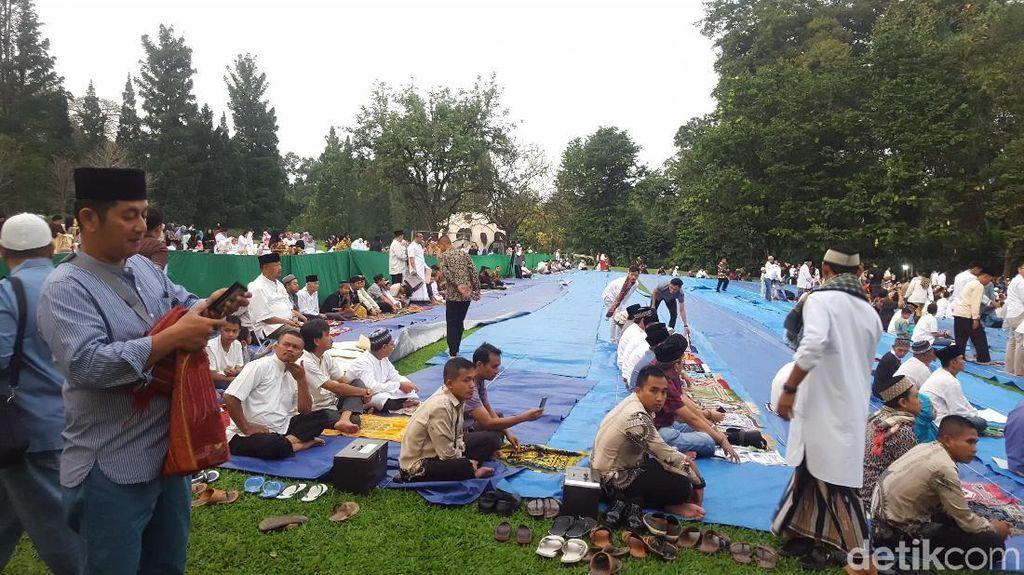 Warga Padati Kebun Raya Bogor untuk Salat Id Bersama Jokowi