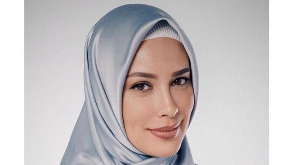 Gaya Hijab Sophia Latjuba saat Lebaran Bikin Netizen Terpesona
