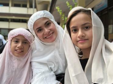 Sehabis salat Ied, Erza Mayori dan anak-anaknya wefie dulu ah. (Foto: Instagram/ersamayori)