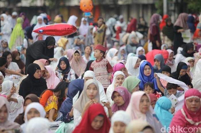 Umat Muslim melaksanakan sholat Idul Fitri di kawasan Jatinegara, Jakarta, Jumat (15/6/2018). Sholat Ied dilaksanakan di salah satu jalan protokol di Jatinegara
