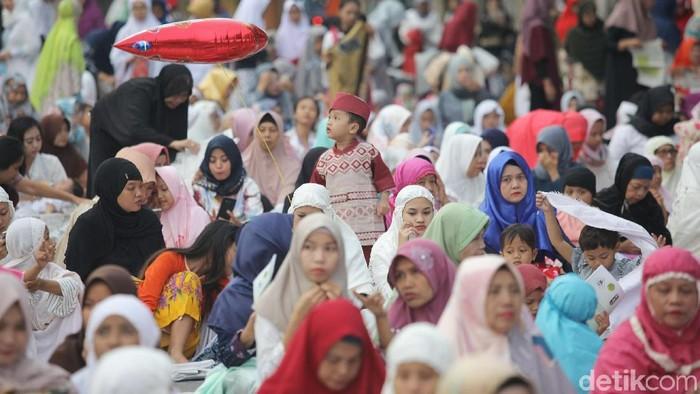 Masyarakat melakukan Sholat Idul Fitri. Foto: Grandyos Zafna