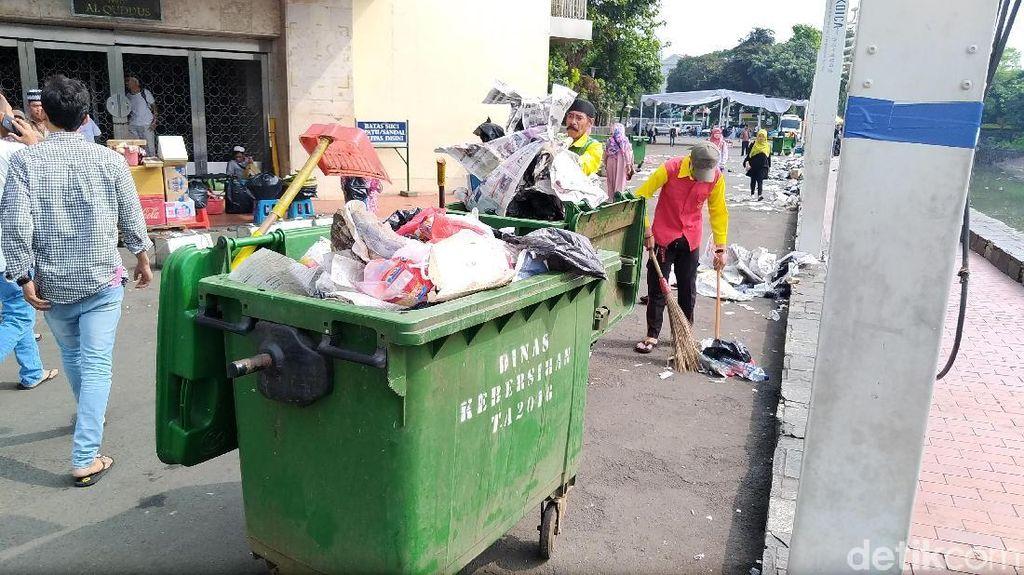 Penampakan Sampah yang Penuhi Masjid Istiqlal Setelah Salat Id